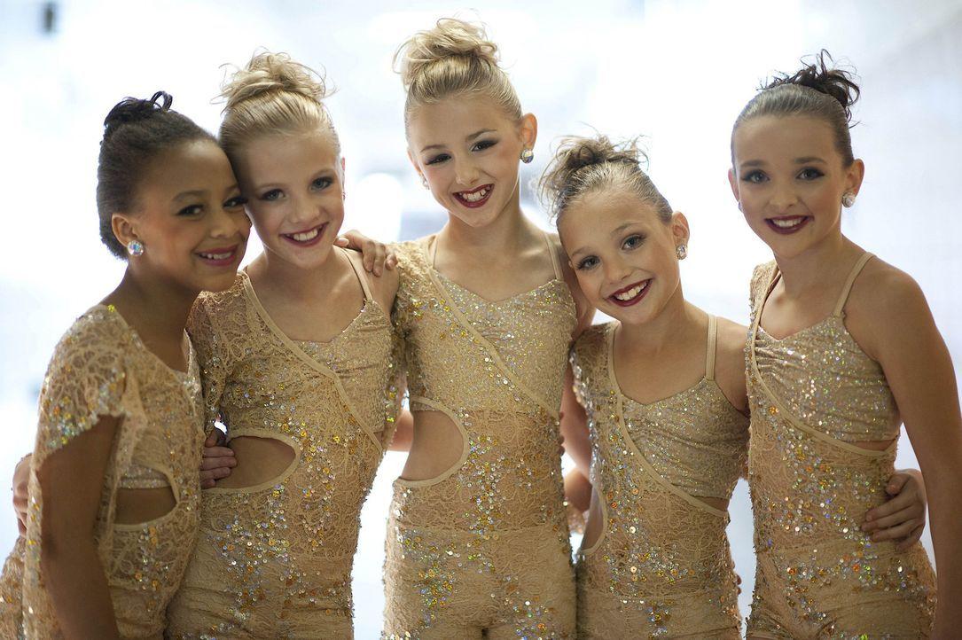 Die Tanzsaison erreicht ihren Höhepunkt, als Nia (l.), Paige (2.v.l.), Chloe (M.), Maddie (2.v.r.) und Kendall (r.) bei den regionalen Tanzwettbewer... - Bildquelle: Scott Gries 2011 A+E Networks