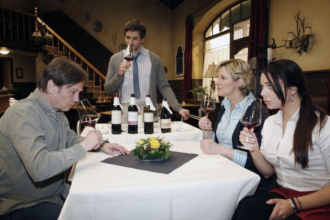Armin (Rainer Will, l.), Susanne (Heike Jonca, 2.v.r.) und Paloma (Maja Maneiro, r.) bekommen von Georg Sander  (Peter Günther, 2.v.l.) eine Weinsch... - Bildquelle: Noreen Flynn Sat.1