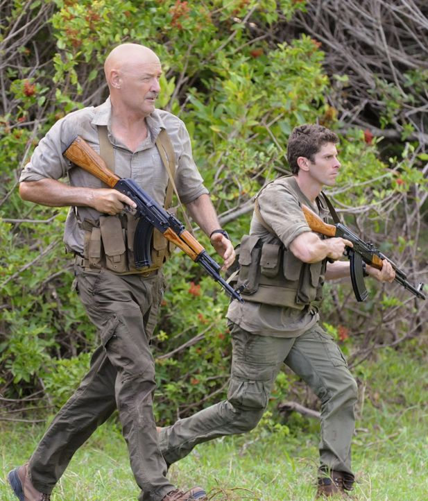 Ein Wettlauf mit der Zeit beginnt, um Steve aus den Fängen von Wo Fat zu befreien: Lt. Jacks (Sean MacCormac, r.) und White (Terry O'Quinn, l.) ... - Bildquelle: TM &   CBS Studios Inc. All Rights Reserved.