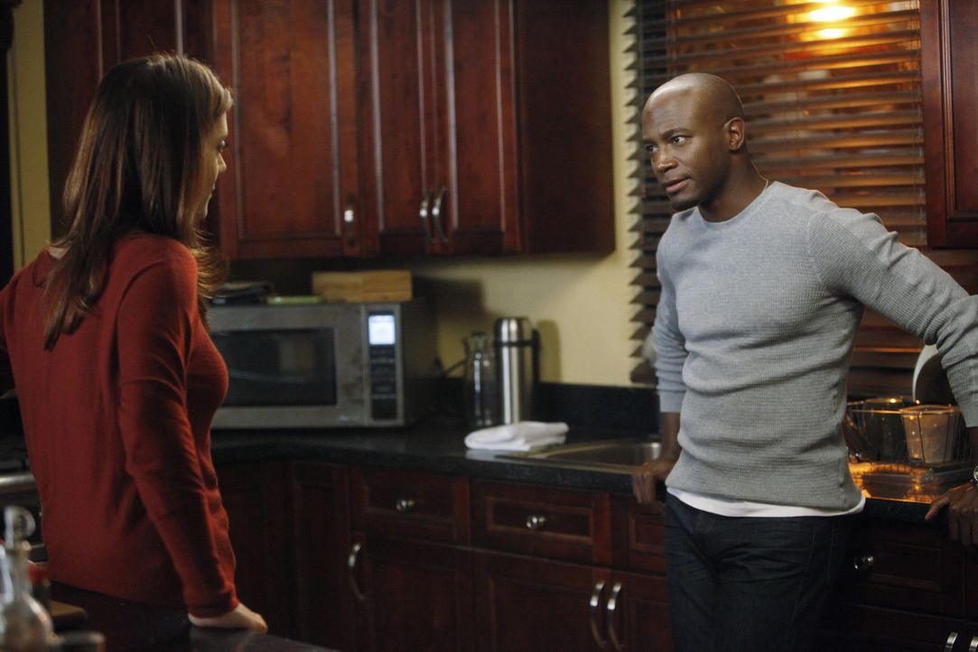 Machen sich Sorgen um Corinne: Sam (Taye Diggs, r.) und Addison (Kate Walsh, l.) ... - Bildquelle: ABC Studios