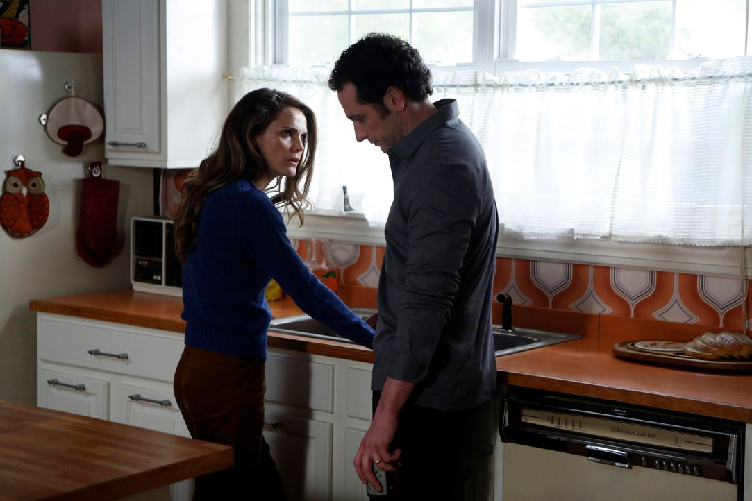 Philip (Matthew Rhys, r.) dachte immer, dass er seiner Frau Elizabeth (Keri Russell, l.) voll und ganz vertrauen könnte ... - Bildquelle: Motion Picture   2013 Twentieth Century Fox Film Corporation and Bluebush Productions, LLC. All rights reserved.
