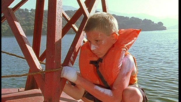 Dewey (Erik Per Sullivan) wurde auf einer Boje ausgesetzt, damit er die ander...