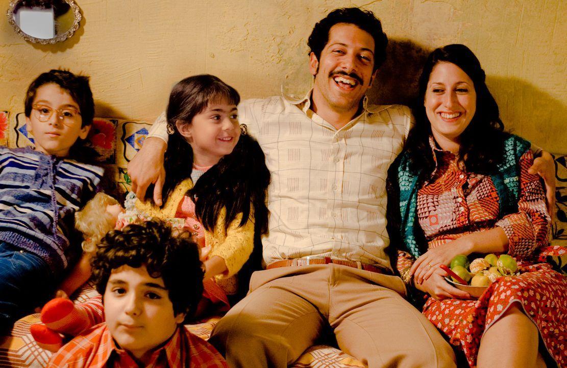 Almanya - Willkommen in Deutschland: Hüseyin (Fahri Ögün Yardim, 2.v.r.), Fatma (Demet Gül, r.), Leyla (Aliya Artuc, 2.v.l.), Muhamed (Kaan Aydo... - Bildquelle: 2011 ROXY FILM GMBH