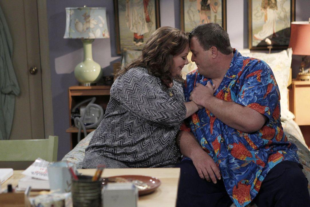 Sind glücklich miteinander: Molly (Melissa McCarthy, l.) und Mike (Billy Gardell, r.) ... - Bildquelle: Warner Brothers
