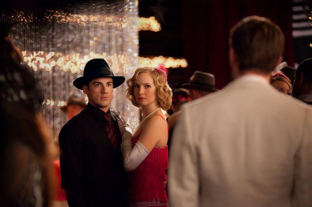Matt (Zach Roerig, l.) und Caroline (Candice Accola, M.) sind gerade in ihren Tanz vertieft, als plötzlich Klaus (Joseph Morgan, r.) auftaucht ... - Bildquelle: Warner Brothers