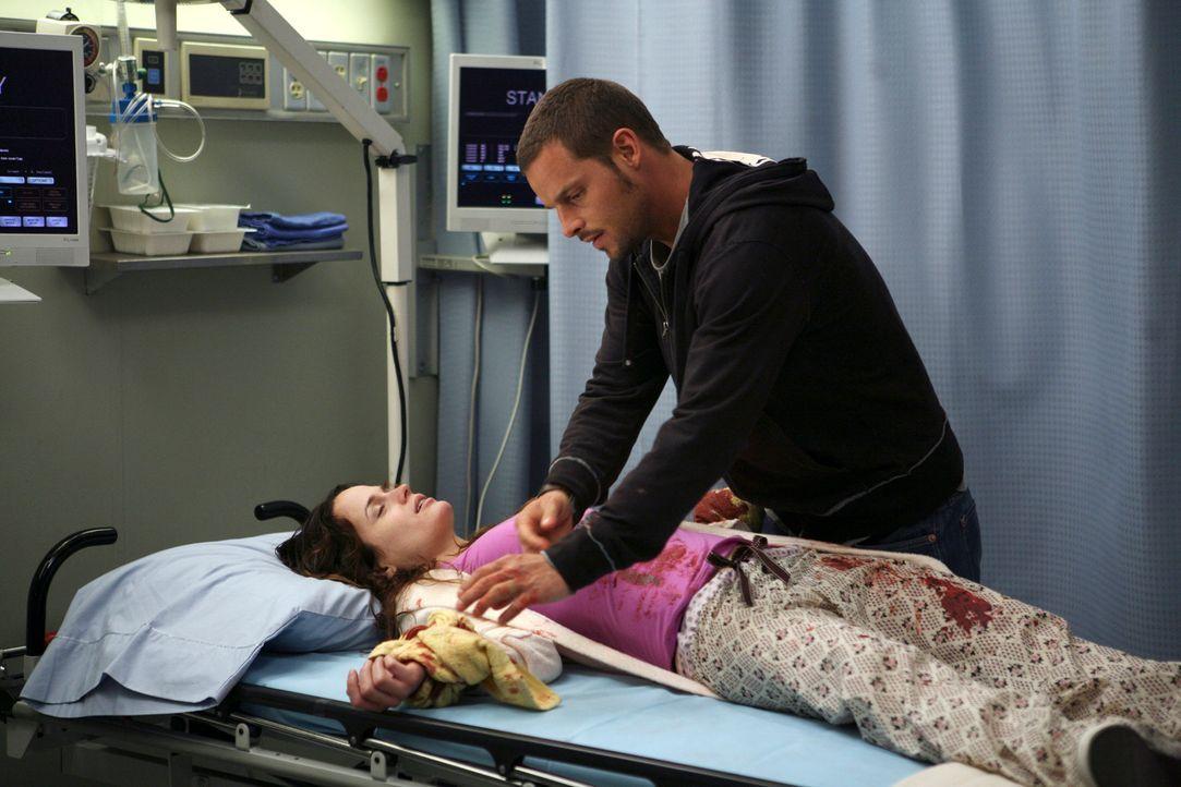 Alex (Justin Chambers, r.) macht sich große Sorgen um Rebecca, (Elizabeth Reaser, l.), die sich versucht hat die Pulsadern aufzuschneiden ... - Bildquelle: Touchstone Television