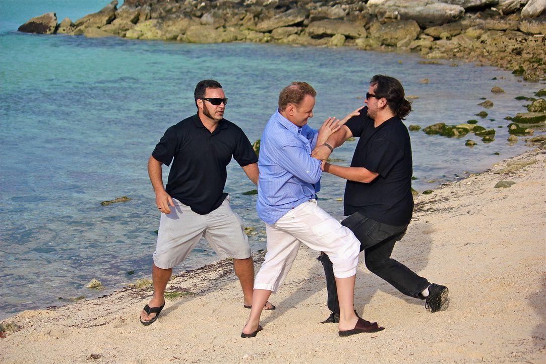 Die Schergen des reichen und wahnsinnigen Tiburon fangen am Strand wahllos Menschen ein, um sie auf eine einsame Insel zu entführen, wo Tiburion sei... - Bildquelle: 2012, THE INSTITUTION, LLC. All Rights Reserved.