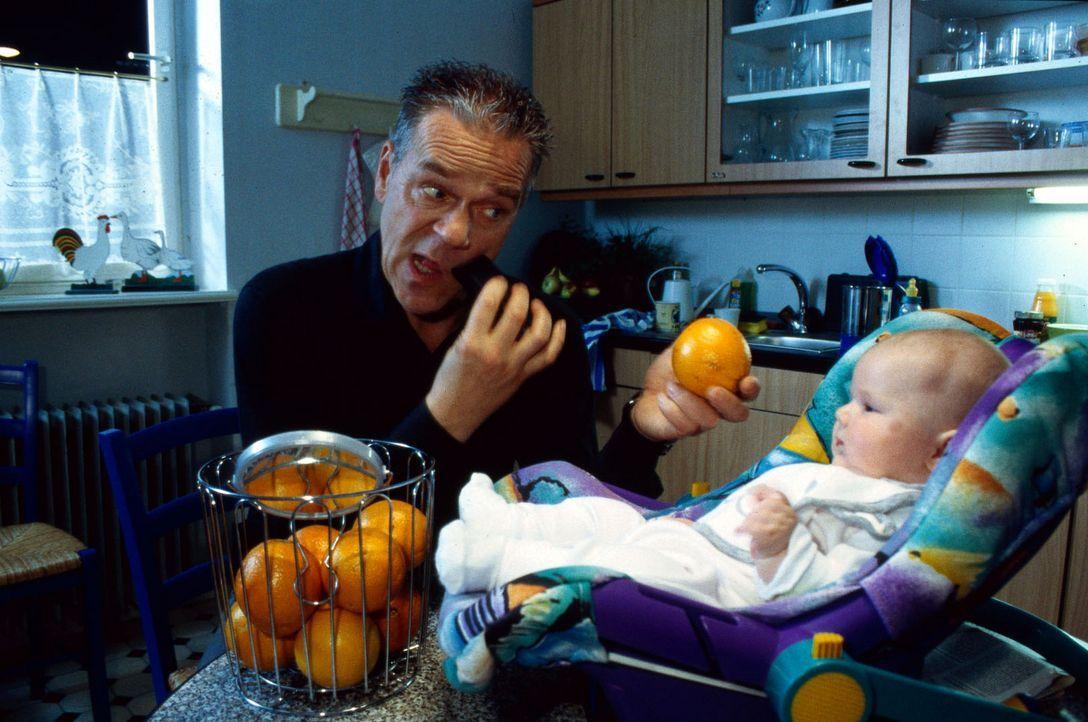 Wolff (Jürgen Heinrich, l.) versucht sich als Babysitter für Enkel Luis, damit seine Tochter Verena mit ihrer neuen Liebe Jens ungestört zusammen se... - Bildquelle: Bienert Sat.1