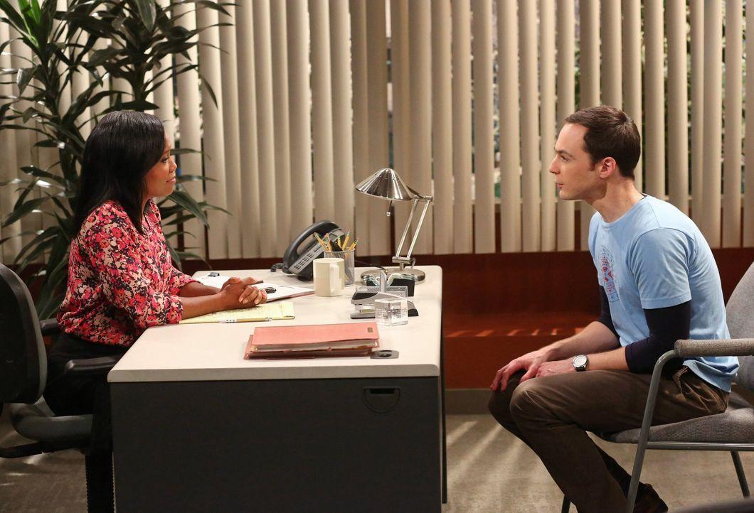 Mrs. Davis (Regina King, l.), die Personalchefin der Uni, hat ein ganz besonderes Angebot für Sheldon (Jim Parsons, r.). Doch wird er dieses annehme... - Bildquelle: Warner Brothers
