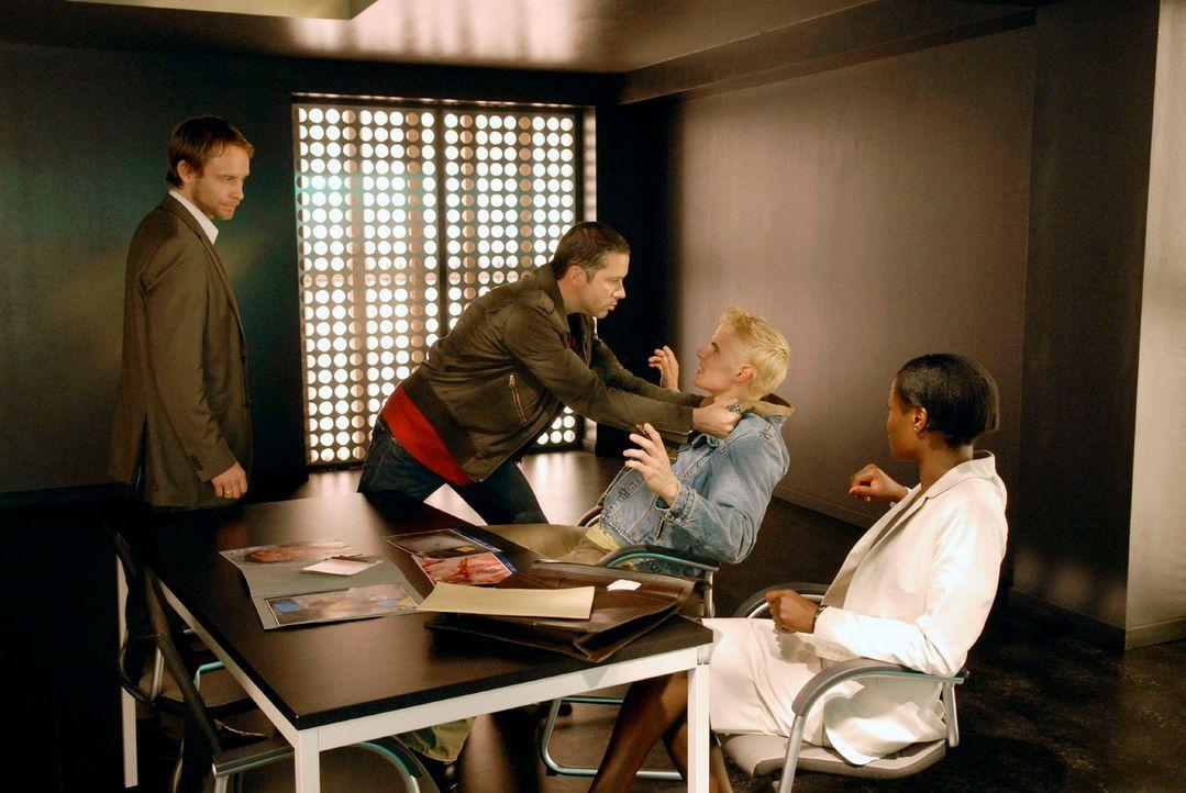 Vom Verdächtigen Jochen Brandt, der gerade erst aus der Haft entlassen wurde, provoziert, rastet Benno aus.  v.l.n.r.:Philip (Julian Weigend), Benno... - Bildquelle: Christoph Assmann Sat.1
