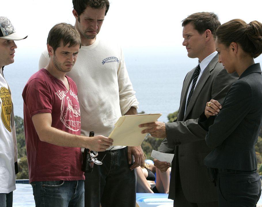 Special Agent Liz Warner (Aya Sumika, r.) und Colby (Dylan Bruno, 2.v.r.) befragen Brett Chandler (Aaron Stanford, 2.v.l.) und dessen Freunde Logan... - Bildquelle: Paramount Network Television