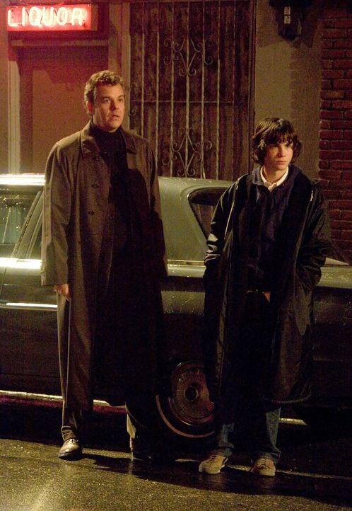 Sein Sohn Robin (Logan Lerman, r.) und sein bester Freund, Isaac French (Danny Huston, l.), befürchten schon bald, dass Walter zwischen der Geschic... - Bildquelle: 2007 Warner Brothers