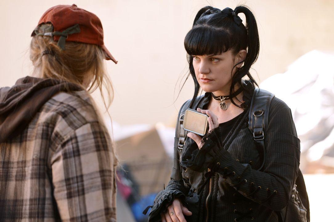 Bei ihren Recherchen lernt Abby (Pauley Perrette, r.) die junge Emma (Chloe Lanier, l.) kennen, deren Schicksal ihr persönlich an die Nieren geht. K... - Bildquelle: CBS Television