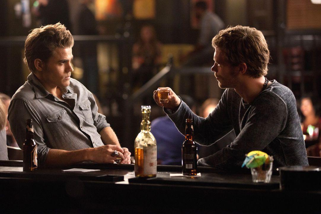 Klaus (Joseph Morgan, r.) erzählt Stefan (Paul Wesley, l.) dass sie sich früher schon einmal begegnet sind ... - Bildquelle: © Warner Bros. Entertainment Inc.