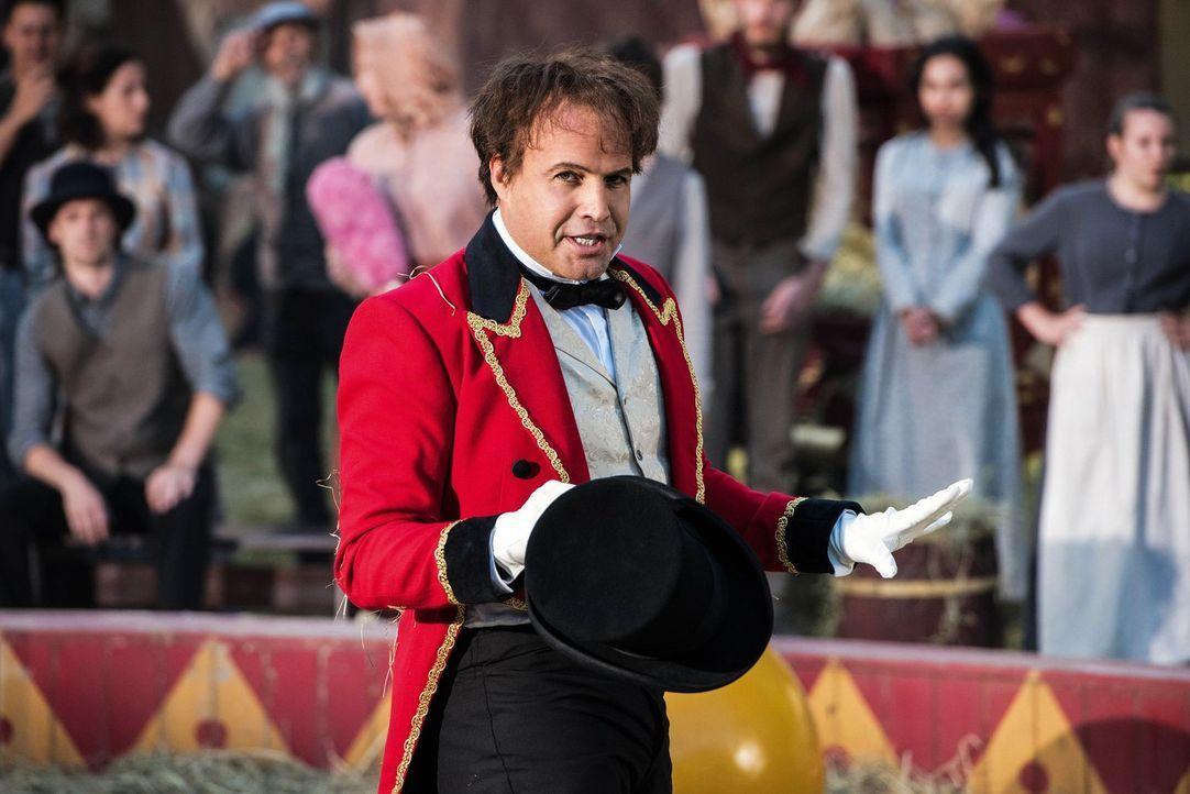 Ihr neuster Fall bringt die Legends zu P.T. Barnums (Billy Zane) und dessen besonderen Zirkus ... - Bildquelle: 2017 Warner Bros.