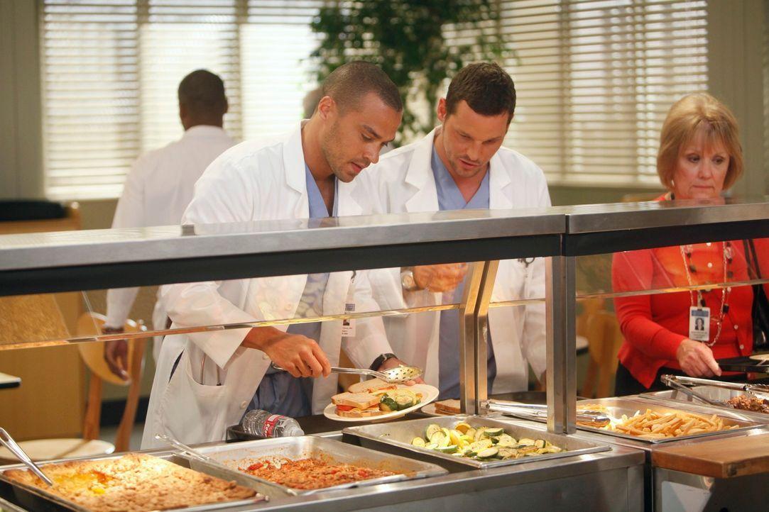 Während sich Jackson (Jesse Williams, l.), seiner Gefühle zu Lexie nach dem Baseball spiel nicht mehr sicher ist, erinnert die Ankunft von Louise, A... - Bildquelle: ABC Studios