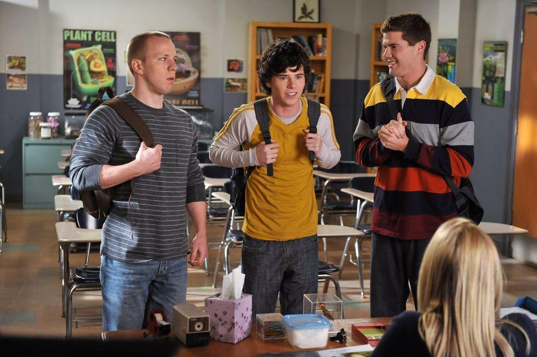 Axl (Charlie McDermott, M.) und seine Kumpel Darrin (John Gammon, l.) und Sean (Beau Wirick, r.) wollen ihre Musikkarriere mit einem Musikvideo ins... - Bildquelle: Warner Brothers