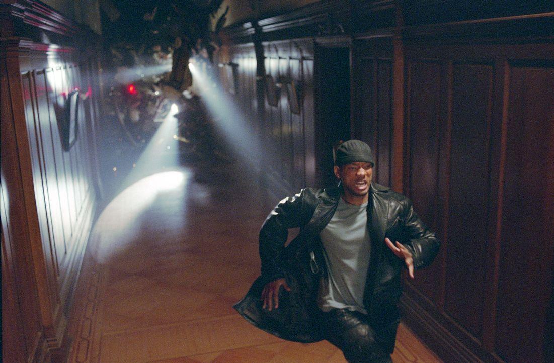 Als sich Detective Del Spooner (Will Smith) die Frage stellt, ob die Roboter nicht doch einen Weg gefunden haben, die ehernen Robotergesetze zu über... - Bildquelle: 2004 Twentieth Century Fox Film Corporation. All rights reserved.
