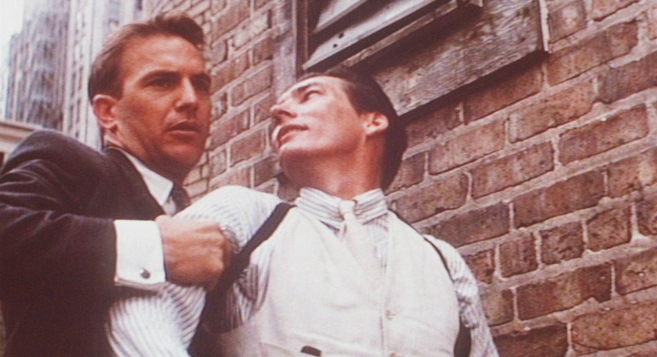 Eliot Ness (Kevin Costner, l.) bedroht al Capones Stellvertreter Frank Nitti (Billy Drago, r.) ... - Bildquelle: Paramount Pictures
