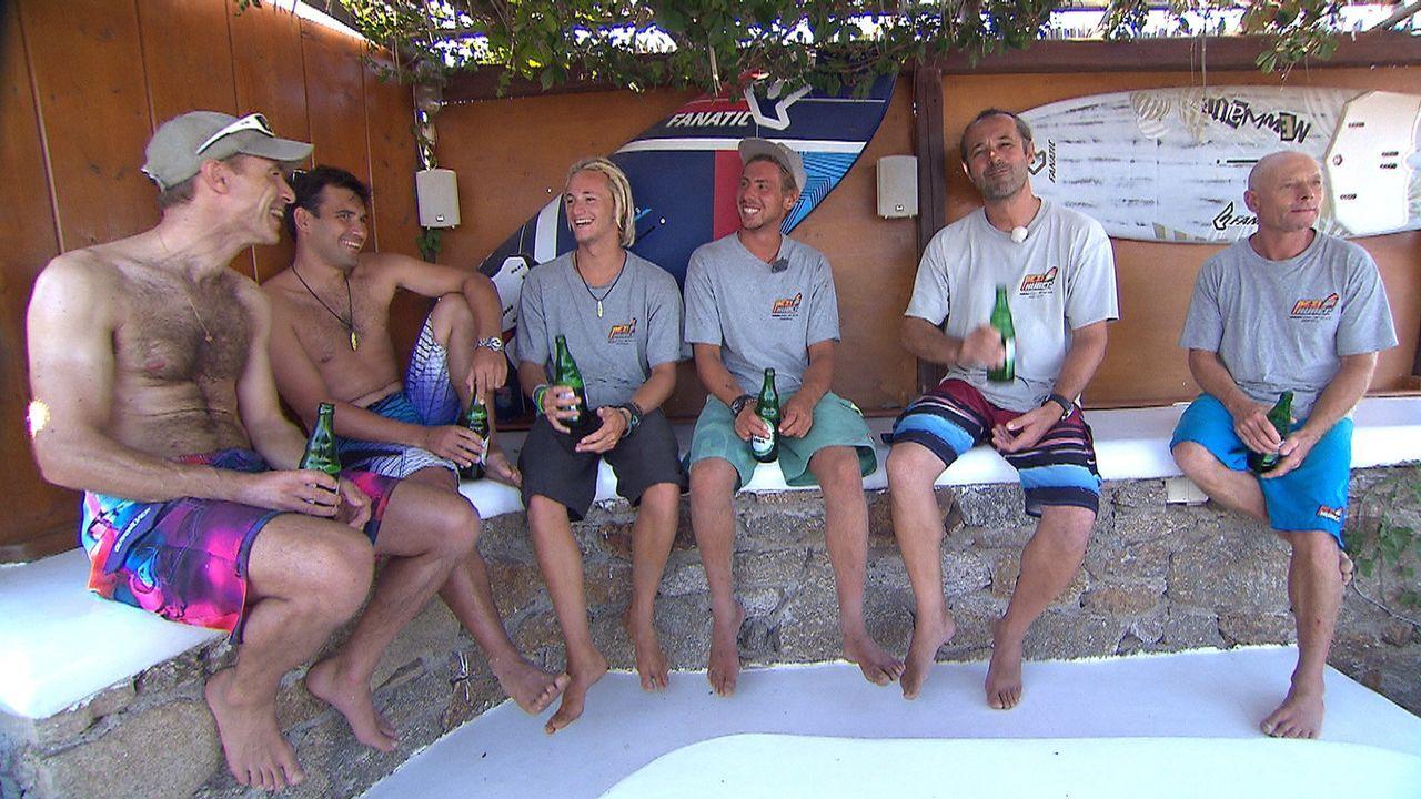 Die Surflehrer Fabian (3.v.l.) und Stefan 3.v.r.) haben ihre erste Saison auf Mykonos und genießen mit ihren Kollegen ihr Leben am Kalafati Strand .... - Bildquelle: kabel eins