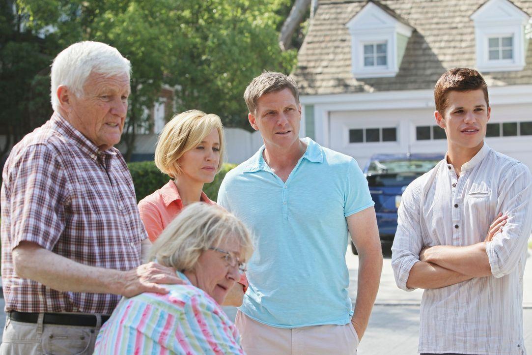 Karen McCluskey (Kathryn Joosten, 2.v.l.) und ihr neuer Lebensgefährte Roy Handler (Orson Bean, l.) finden die bewusstlose Julie. Während die junge... - Bildquelle: ABC Studios