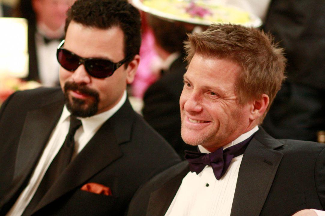 Noch können Carlos (Ricardo Antonio Chavira, l.) und Tom (Doug Savant, r.) den Gala-Abend genießen ... - Bildquelle: ABC Studios