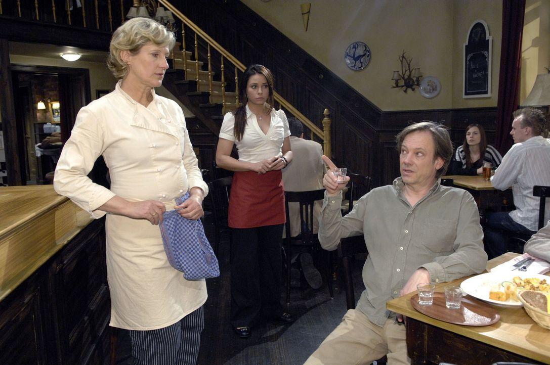 Paloma (Maja Maneiro, M.) bekommt mit, wie der betrunkene Armin (Rainer Will, r.) gegenüber Susanne (Heike Jonca, l.) ausfallend wird. - Bildquelle: Claudius Pflug Sat.1