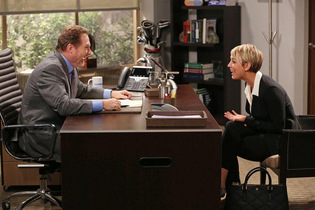 Penny (Kaley Cuoco, r.) hat ein Vorstellungsgespräch in Bernadettes Firma, um einen Job als Vertreterin zu bekommen. Richtig vorbereitet fühlt sie s... - Bildquelle: Warner Brothers
