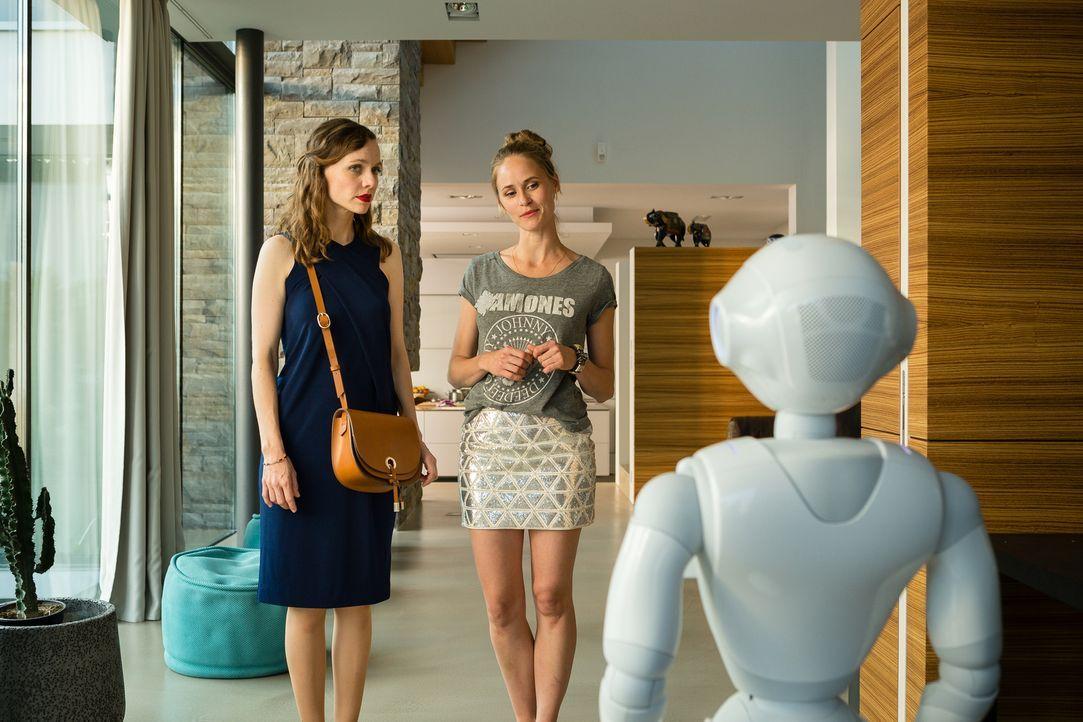 Während der Roboter Pepper nette Liedchen trällert, muss Emma (Nadja Becker, l.) erst einmal verdauen, dass ihre Jugendliebe Ben eine Freundin hat,... - Bildquelle: Arvid Uhlig SAT.1