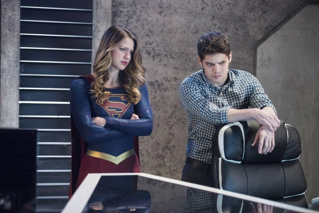 Kara (Melissa Benoist, l.) und Winn (Jeremy Jordan, r.) müssen alles geben, um Alex das Leben zu retten. Werden sie es rechtzeitig schaffen? - Bildquelle: 2016 Warner Brothers