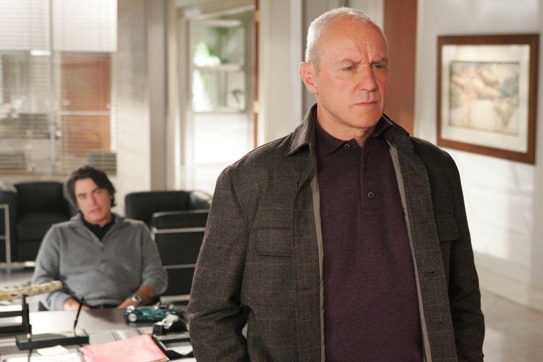 Während sich Kirsten Gedanken um Sandy (Peter Gallagher, l.) und Rebecca macht, fasst Caleb (Alan Dale, r.) einen Entschluss ... - Bildquelle: Warner Bros. Television