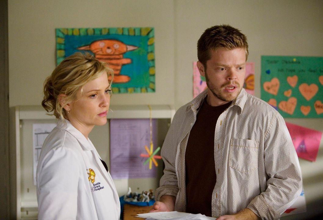 Arizona (Jessica Capshaw, l.) und Bailey kümmern sich um die kleine Jessica, die im Sterben liegt. Deren allein erziehender Vater Matt Smithson (El... - Bildquelle: Touchstone Television