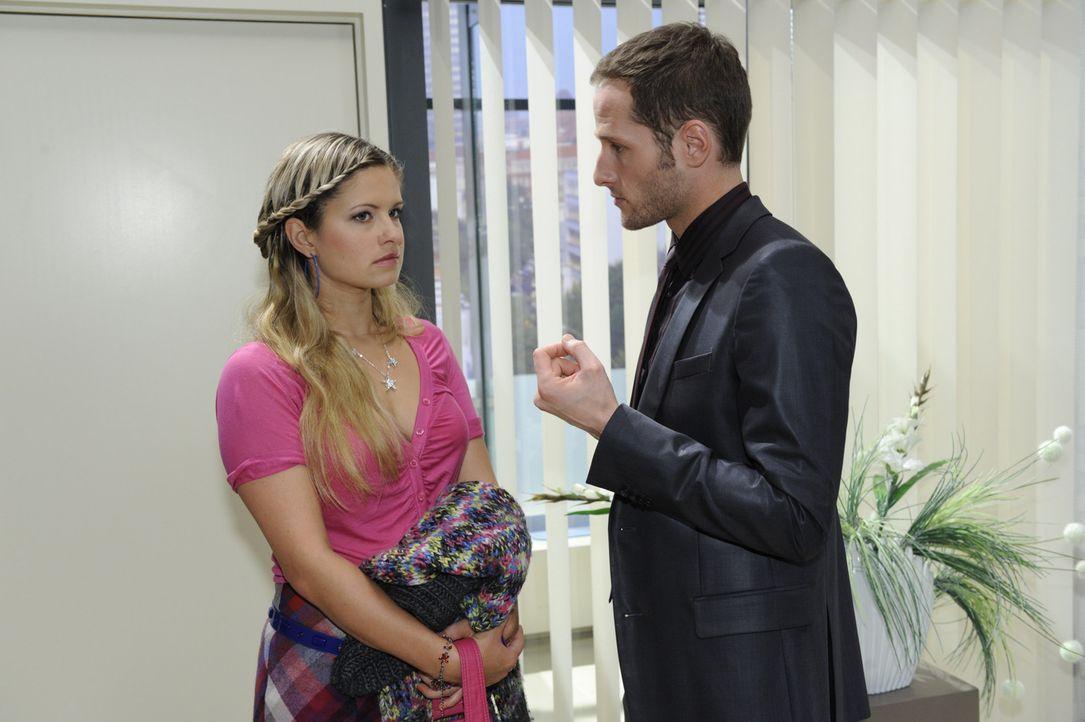 Mia (Josephine Schmidt, l.) ist fassungslos, als David (Lee Rychter, r.) den Verdacht gegen Alexander mit einem Foto untermauert. Alles in Mia strä... - Bildquelle: SAT.1