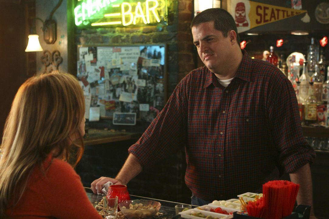 Um sich etwas abzulenken, geht Meredith (Ellen Pompeo, l.) nach der anstrengenden Schicht mit ihren Kollegen in eine Bar ... - Bildquelle: Touchstone Television