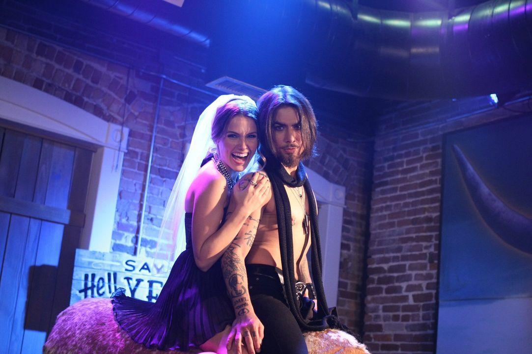 An diese Nacht werden sich Brooke (Sophia Bush, l.) und Gitarrist Dave Navarro (Dave Navarro, r.) nicht mehr wirklich erinnern ... - Bildquelle: Warner Bros. Pictures