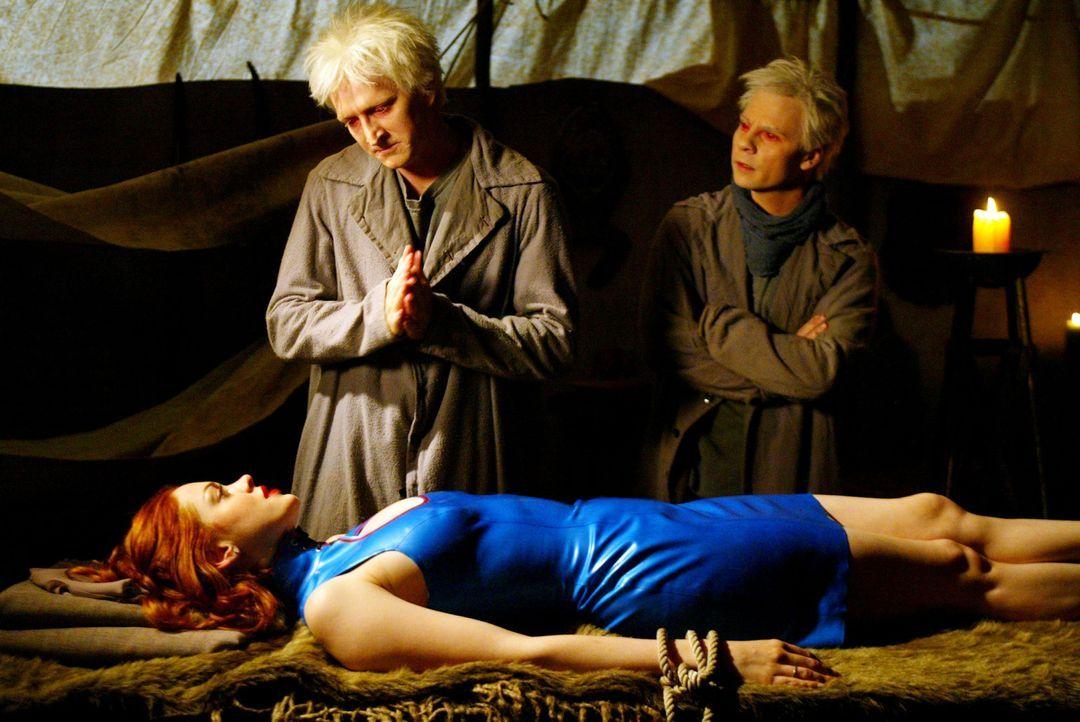 Paige (Rose McGowan, liegend), trifft auf zwei Dämonen, welche sie zuerst davon überzeugen möchte, dass sie von jemandem angeheuert wurde, den klein... - Bildquelle: Paramount International Television