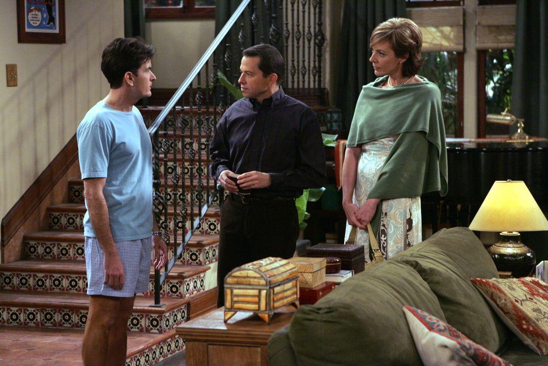 Charlie (Charlie Sheen, l.) ist überrascht, als er Alan (Jon Cryer, M.) mit seiner neuen Internetbekanntschaft Beverly (Allison Janney, r.) antriff... - Bildquelle: Warner Brothers Entertainment Inc.