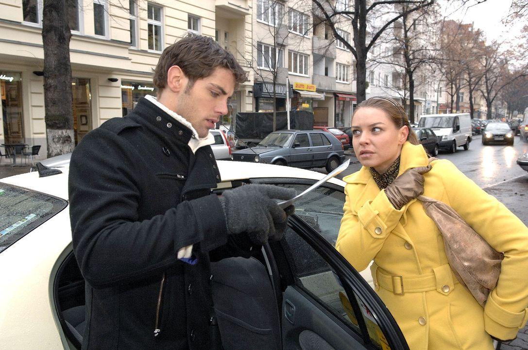 Bevor Jonas (Roy Peter Link, l.) ins Taxi steigt, überreicht Katja (Karolina Lodyga, r.) ihm Dokumente, die Gerrits Machenschaften beweisen könnten... - Bildquelle: Claudius Pflug Sat.1