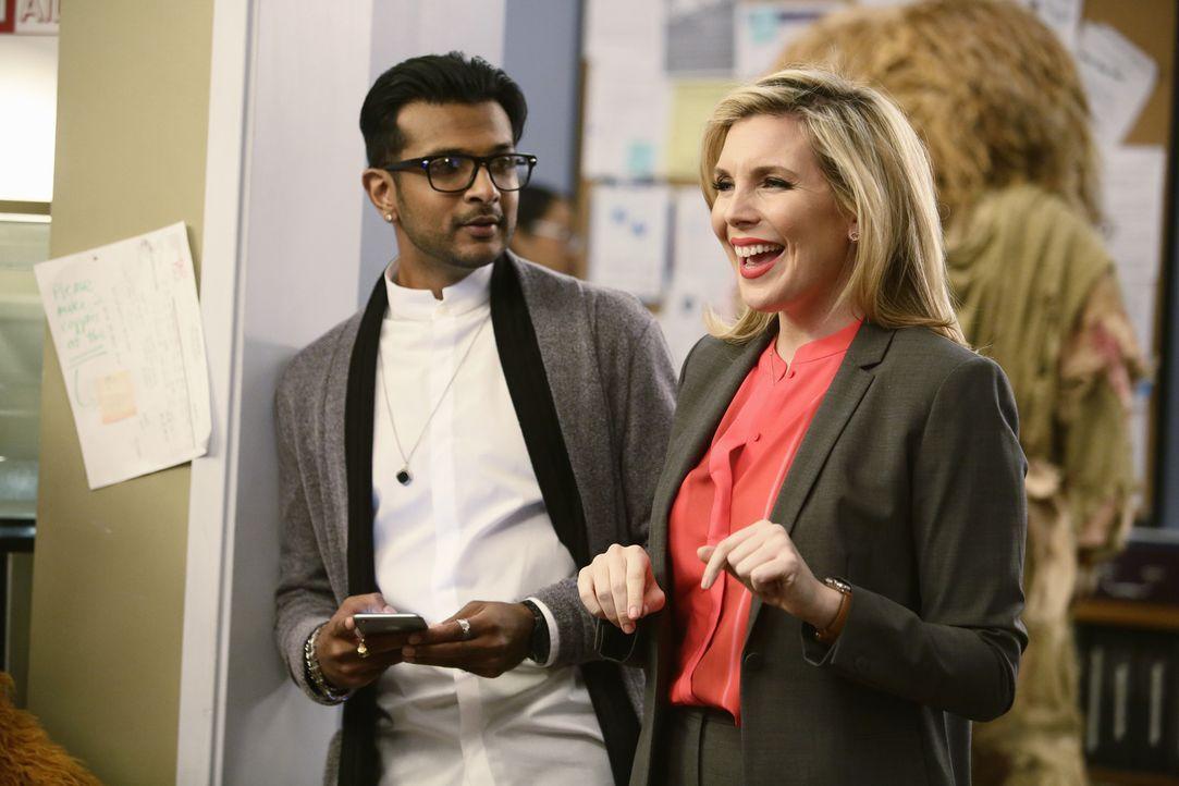 Nach der Rückkehr aus der Pause taucht plötzlich Lucy Royce (June Diane Raphael, r.), die Chefin des Senders, zusammen mit Marketingguru Pizza (Utka... - Bildquelle: Nicole Wilder ABC Studios