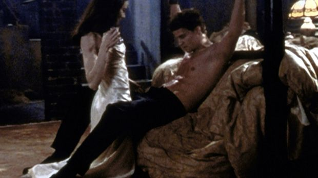 Drusilla (Juliet Landau, l.) hat Angel (David Boreanaz, r.) in ihre Gewalt ge...