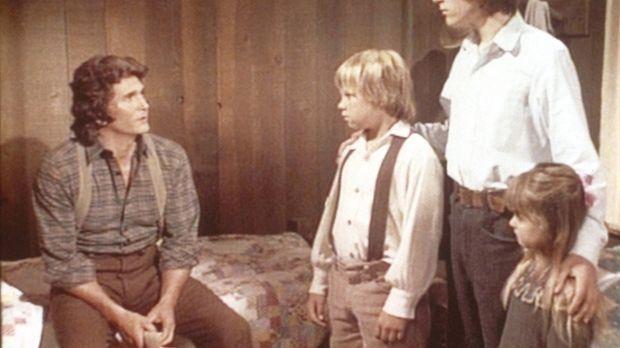 Charles (Michael Landon, l.) muss den drei Waisen Carl (Brian Part, 2.v.l.),...