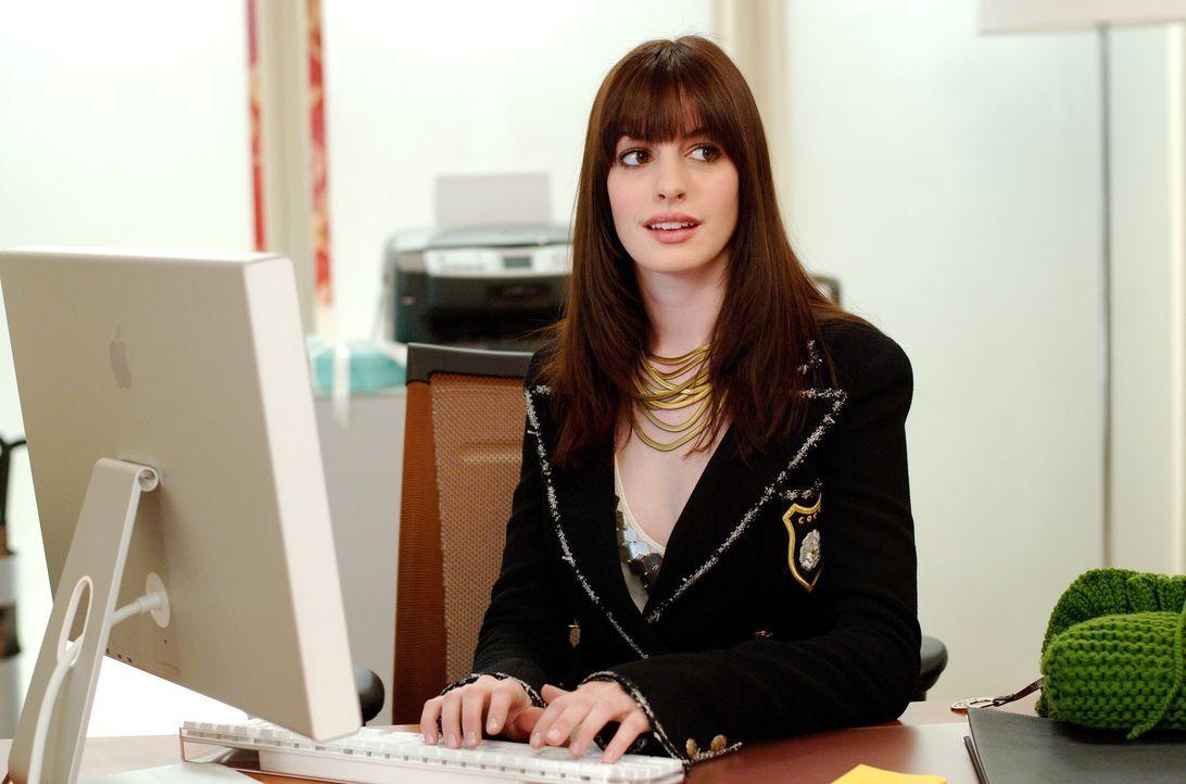 Der Job als zweite Assistentin der mächtigen Miranda Priestly, stellt nicht nur Andys (Anne Hathaway) Kleiderschrank, sondern auch ihr privates Lieb... - Bildquelle: 2006 Twentieth Century Fox