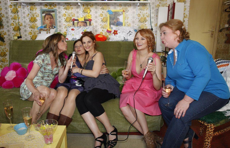 Mädchenabend: (v.l.n.r.) Karin (Birge Funke), Eva (Anett Heilfort), Manu (Marie Zielcke), Jana (Ronja Peters), Paula (Regine Hentschel) ... - Bildquelle: SAT.1