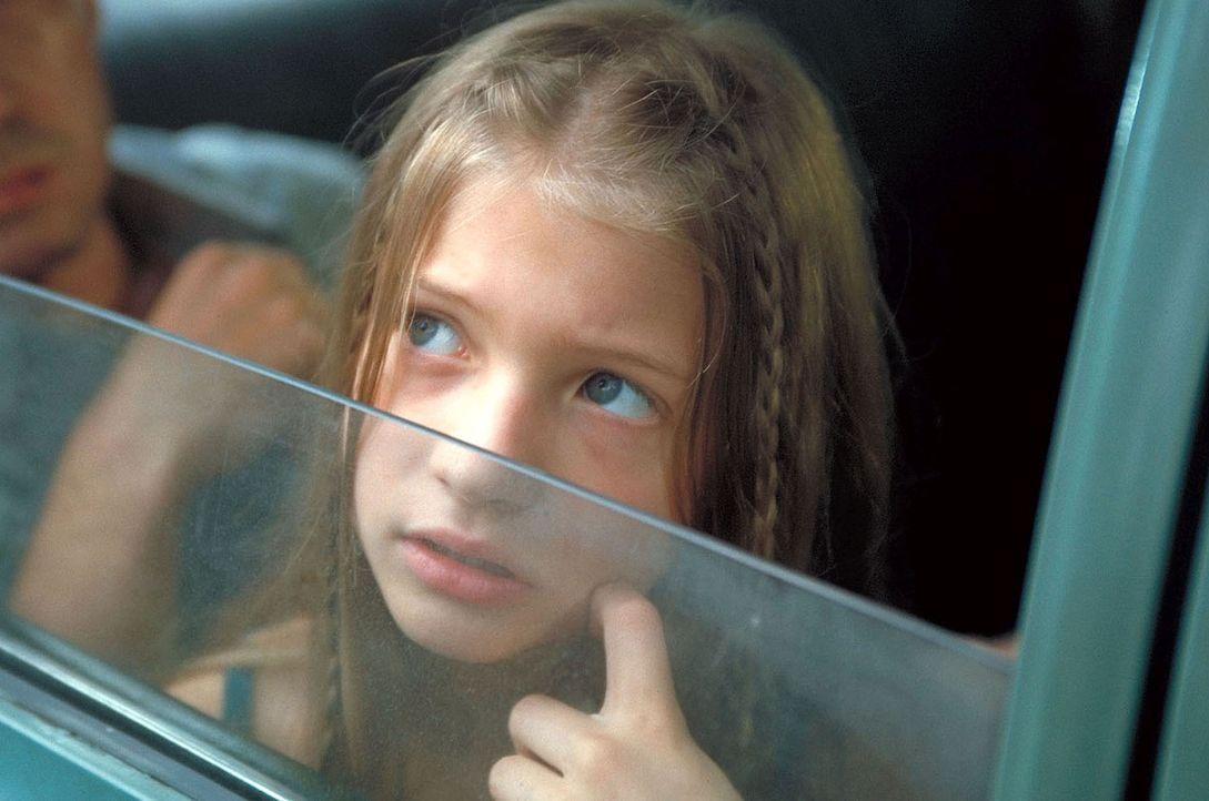 Beim Zwischenstopp in Bangkok wird die kleine Melanie (Nadine Fano) entführt ... - Bildquelle: Manju Sawhney ProSieben