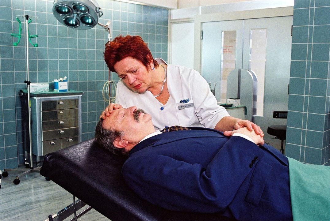 Klara (Walfriede Schmitt, r.) nimmt Abschied von ihrem Mann Friedrich (Horst Weinheimer, l.). - Bildquelle: Noreen Flynn Sat.1