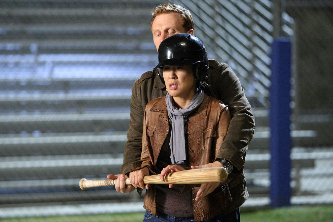 Vergnügen sich, nachdem klar ist, dass sie nicht entlassen werden, beim Baseball spielen: Owen (Kevin McKidd, hinten) und Cristina (Sandra Oh, vorne... - Bildquelle: Touchstone Television