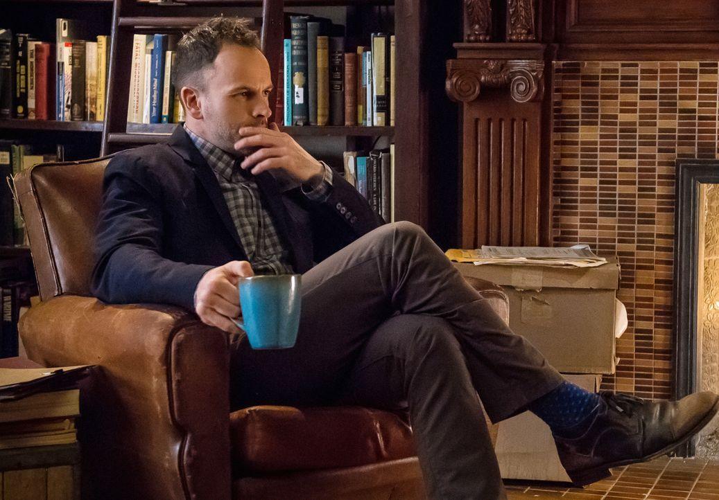 Denkt darüber nach, wie er die Bissspuren am Hals des Opfers analysieren könnte: Holmes (Jonny Lee Miller) braucht Angaben über die Gebissreihen von... - Bildquelle: CBS Television