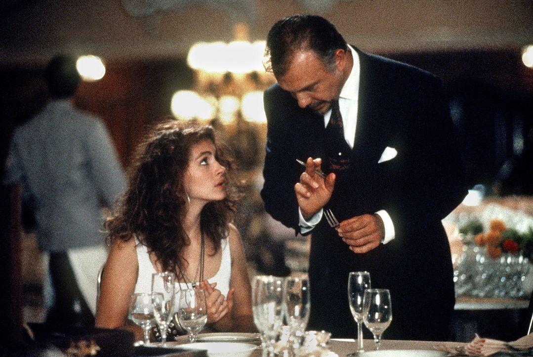 Welche Gabel, welcher Löffel? Vivian (Julia Roberts, l.), die Prostituierte aus einfachsten Verhältnissen, findet Hilfe beim netten Hotelmanager (... - Bildquelle: Touchstone Pictures. All Rights Reserved.