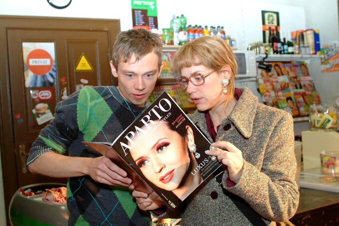Oh Schreck: Lisa (Alexandra Neldel, r.) und Jürgen (Oliver Bokern, l.) erkennen Lisas Ohrringe auf dem Cover einer Modezeitschrift und finden darin... - Bildquelle: Sat.1