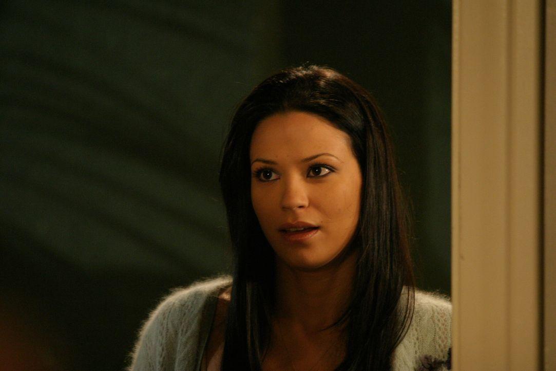 Ryan ist froh, dass Theresa (Navi Rawat) sich dafür entschieden hat, in Newport zu bleiben. Er fühlt sich daraufhin verpflichtet, ihr dabei zu hel... - Bildquelle: Warner Bros. Television